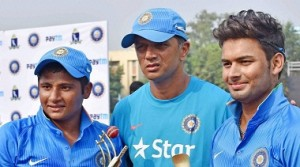 Kolkata: Indian U-19 Coach Rahul Dravid with the Man of the match Sarfaraz Khan (L) and man of the series Rishab Pant (R) poses for a photograph after winning the  U-19 tri series against Bangladesh in Kolkata on Sunday. PTI Photo by Ashok Bhaumik(PTI11_29_2015_000106A)